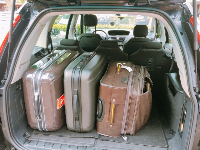 車に載せたキャリーバッグ