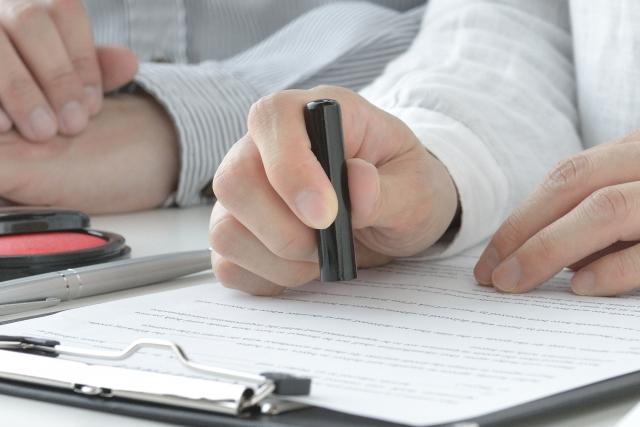 契約書に押印する
